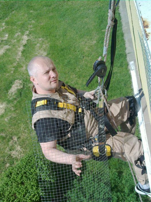 siatki-na-balkon-alpinista-na-wysokosci