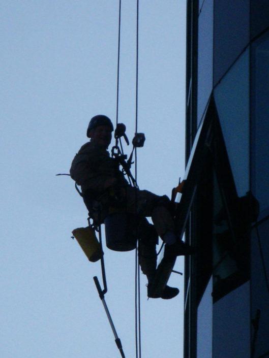 Fotografie alpinistów w pracy na wysokości.