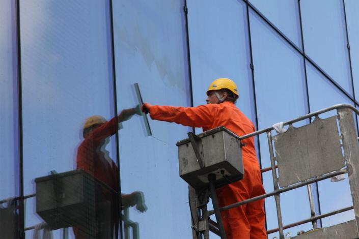 insilico2, kwasowanie szkła, wytrawianie szkła, trawienie szkła, czyszczenie szkła, polerowanie szkła, usuwanie osadów mineralnych, czyszczenie wykwitów i nacieków, usuwanie osadów budowlanych, specjalistyczne czyszczenie elewacji szklanych,